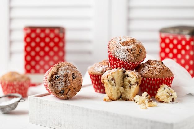 Verse zelfgemaakte heerlijke muffins met rozijnen