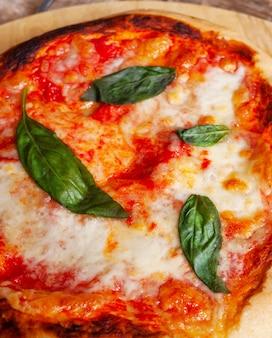 Verse zelfgemaakte italiaanse pizza margherita met basilicum