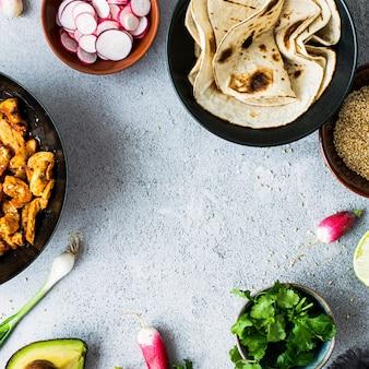 Verse zelfgemaakte kip curry taco recept idee