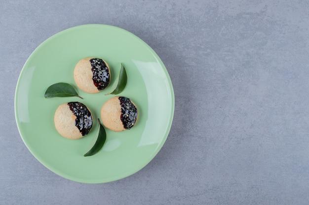 Verse zelfgemaakte koekjes op groene plaat