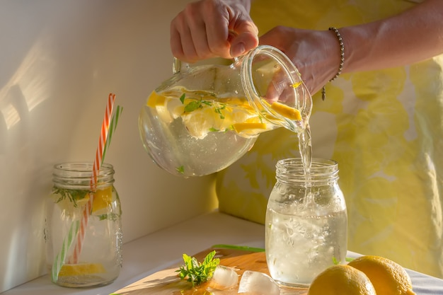 Verse zelfgemaakte limonade, giet er een glas in