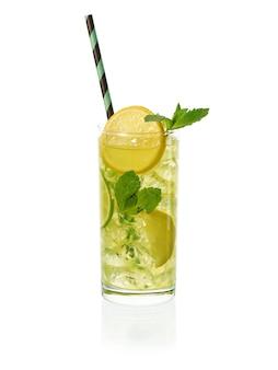 Verse zelfgemaakte limonade met munt en stro in ijskoud glas op witte achtergrond