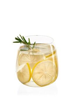 Verse zelfgemaakte limonade met rozemarijn en ijs in het geïsoleerde glas