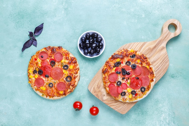 Verse zelfgemaakte mini pizza's.