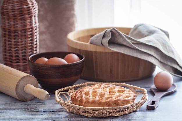 Verse zelfgemaakte open taart met kwark en rozijnen