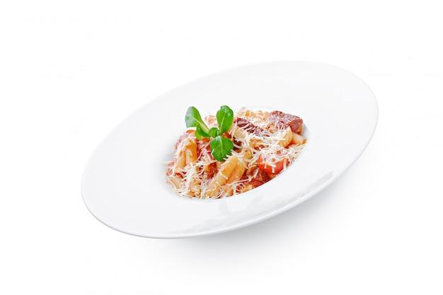 Verse zelfgemaakte pasta in een witte plaat schotel close-up