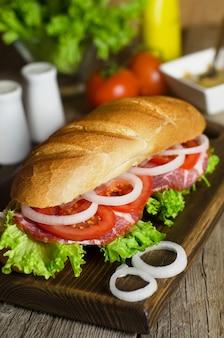 Verse zelfgemaakte sandwich met vlees en tomaten