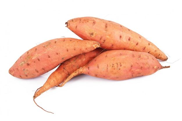 Verse zoete aardappelen op wit