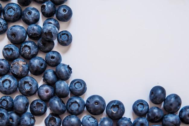 Verse zoete bosbessenfruit en muntblad met kopie ruimte. dessert gezond eten. groep rijpe blauwe sappige organische bessen. voor de website, banner ontwerp. geïsoleerd op een witte achtergrond.