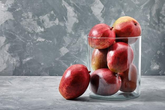 Verse zoete mango's op betonnen ondergrond, zijaanzicht. plat leggen. ruimte kopiëren. Premium Foto