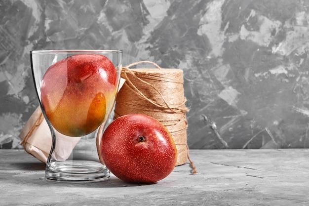 Verse zoete mango's op betonnen tafel, zijaanzicht plat lag kopie ruimte.