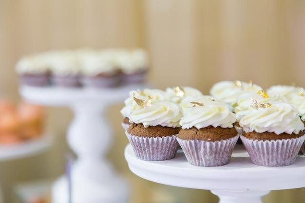 Verse zoete muffins op een banketlijst in restaurant.