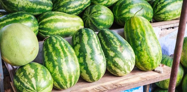 Verse zoete natuurlijke tropische organische watermeloenvruchten. seizoensgebonden zomer aziatisch fruit