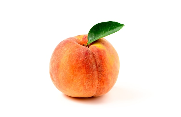Verse zoete perzik met een groen blad