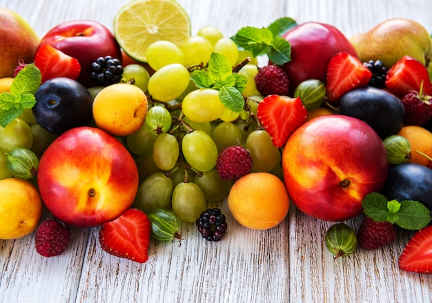 Verse zomer fruit en bessen op een witte houten tafel
