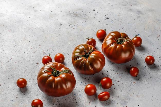 Verse zwarte brandewijn biologische tomaten.