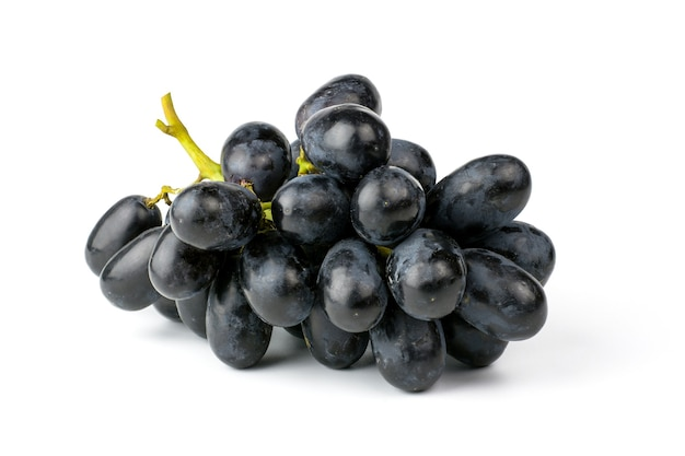 Verse zwarte druiven geïsoleerd op witte achtergrond