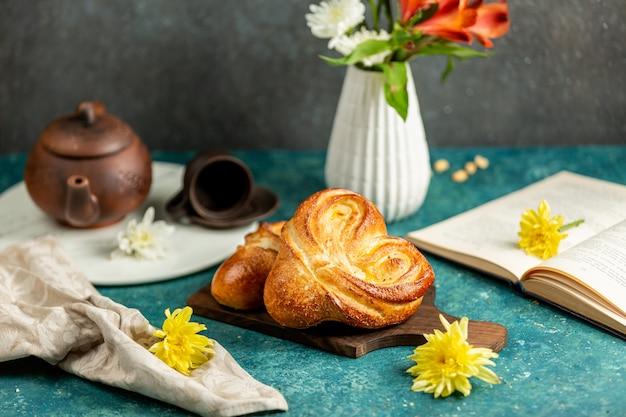 Versgebakken broodjes in de vorm van een hart