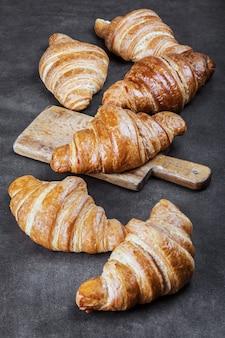 Versgebakken croissants op de ontbijttafel