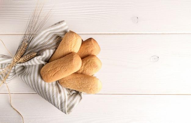 Versgebakken italiaanse zelfgemaakte knapperige koekjes genaamd biscotti caserecci in een mand