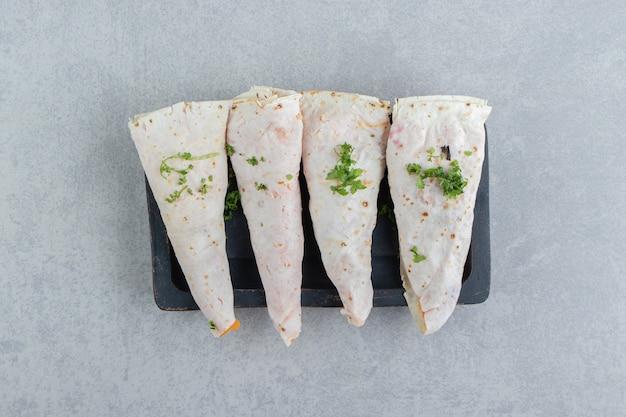 Versgebakken lavash op het bord, op de marmeren achtergrond.