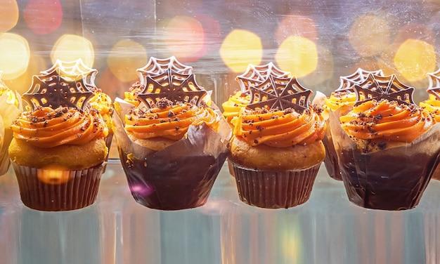 Versgebakken muffins en cupcake versierd met schedels en geesten voor halloween. zoete traktaties voor halloween-feesten voor kinderen
