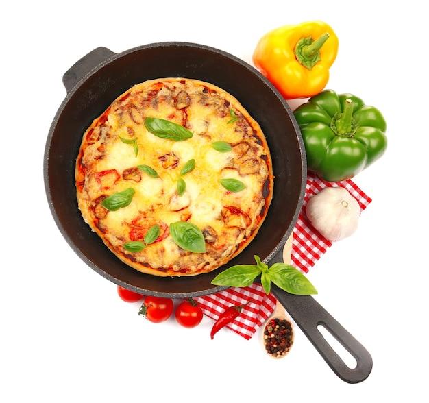 Versgebakken pizza in een pan op witte achtergrond