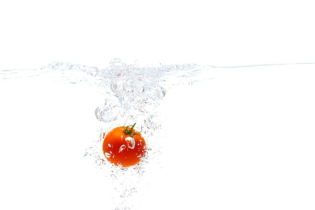 Versheid plantaardige rode tomaten fruit met water splash witte achtergrond.