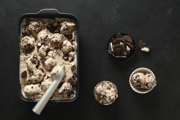 Versheid suikervrij romig ijs met koekjes in container