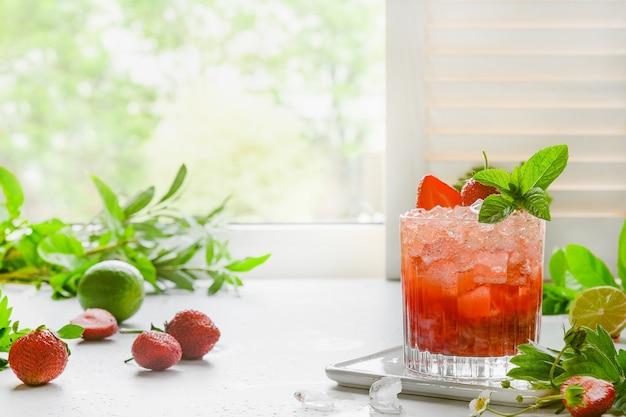Versheidslimonade met aardbeien en limoen. zelfgemaakte drank.