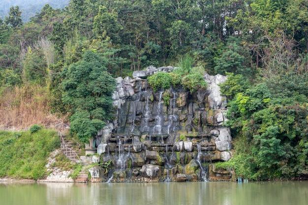 Versier de waterval in het natuurlijke landschap.