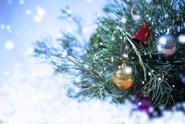 Versier kerstmis met sneeuw voor achtergrond