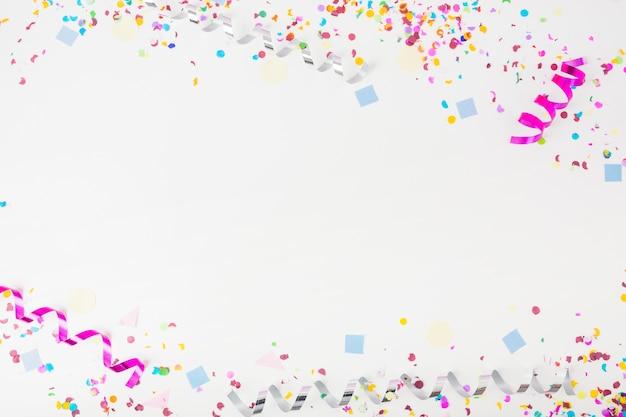 Versierde achtergrond met confetti en curl streamers