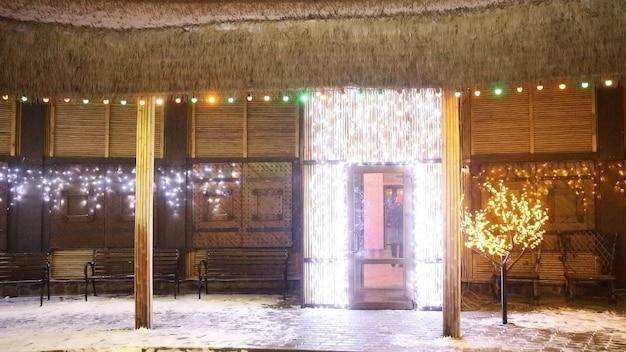 Versierde binnenplaats in de buurt van het huis op kerstavond. vakantie concept