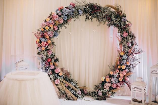 Versierde bruiloftstafels en halinterieur