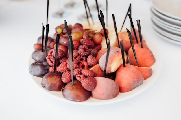 Versierde buffettafel zijn taarten en snacks