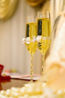 Versierde champagneglazen