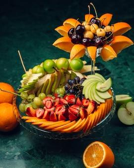 Versierde fruitschaal met gesneden fruit