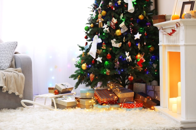 Versierde kamer met kerstboom en cadeautjes eronder, close-up