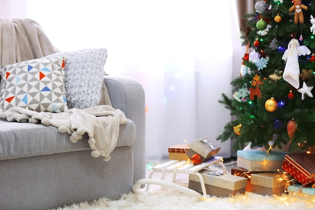 Versierde kamer met kerstboom en cadeautjes eronder