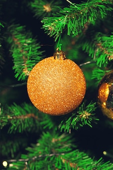 Versierde kerstboom close-up.