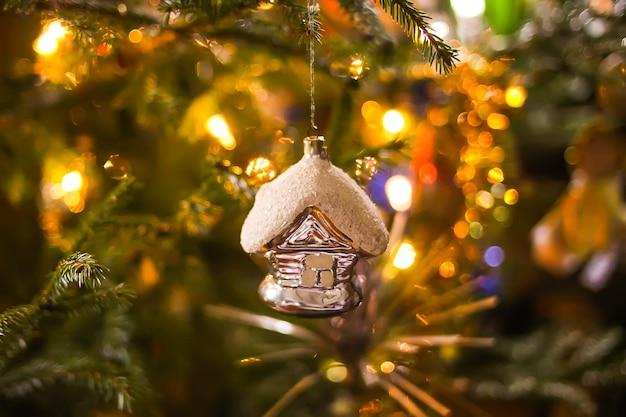 Versierde kerstboom. feestelijke sprankelende heldere achtergrond