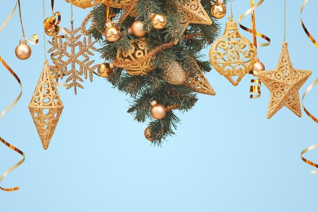 Versierde kerstboom geïsoleerd op blauw
