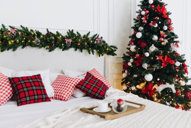 Versierde kerstboom in een slaapkamer