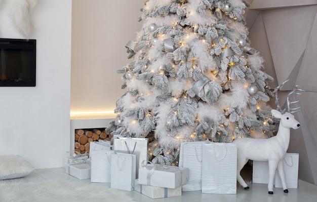 Versierde kerstboom met geschenken