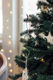 Versierde kerstboom, minimalistisch scandinavisch decor