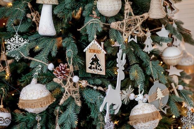 Versierde kerstboom op wazig, sprankelend en sprookjesachtige achtergrond.