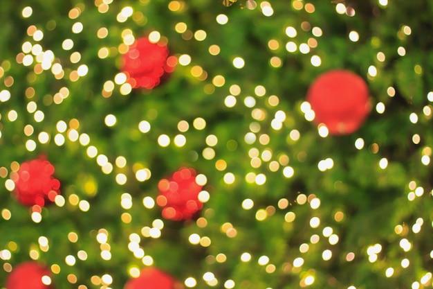Versierde kerstboom wazig achtergrond