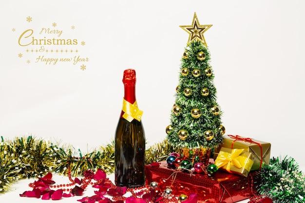 Versierde kerstboom xmas geschenkdozen met champagne op wit