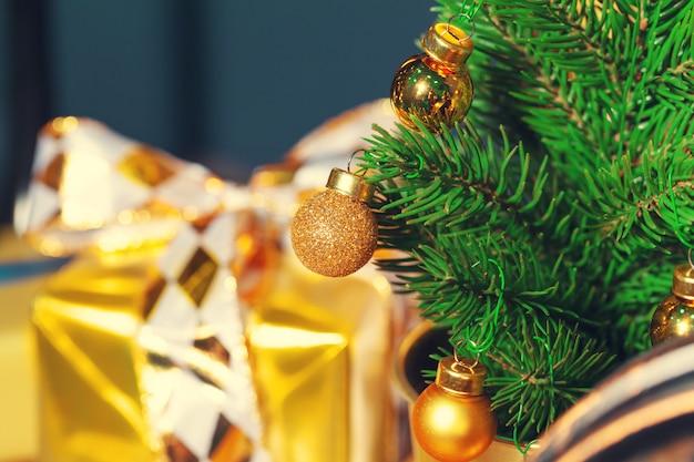 Versierde kerstboomclose-up.
